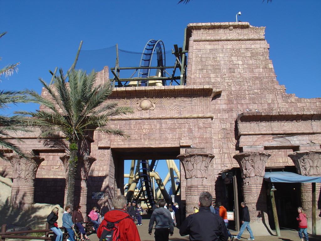 """Der gewaltige ägyptische Tempel am Eingang von """"Montu"""". Das Theming ist sehr gelungen!"""